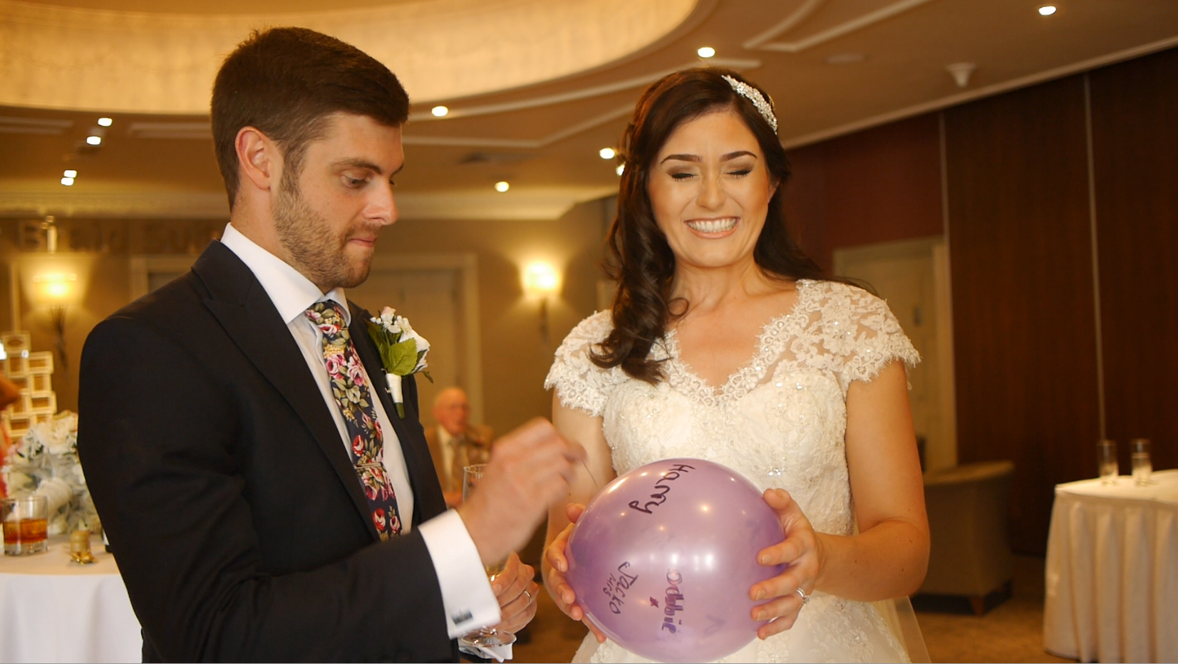 manchester wedding magician and mind reader popping a balloon